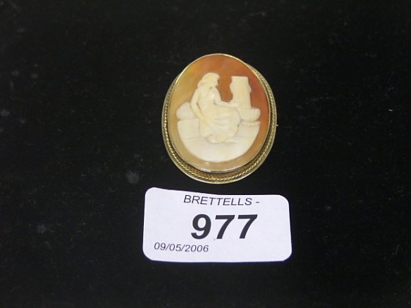 977: An Antique Cameo Brooch/Pendant set in 9ct yellow