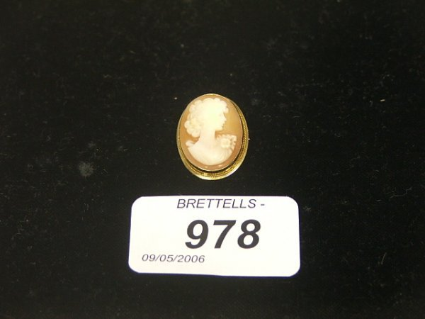 978: An Antique Cameo Brooch/Pendant set in 9ct yellow