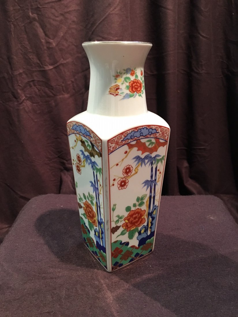 A fine hand painted Imari Japanese vase