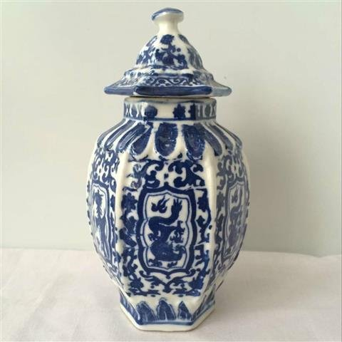 A small Blue & white chinese porcelain jar