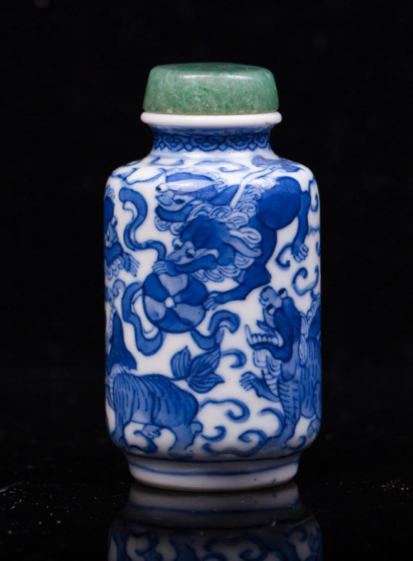 CHINESE QING DYNASTY BLUE AND WHITE SNUFF BOTTLE