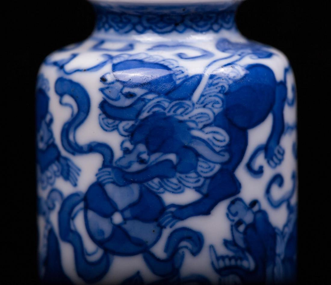 CHINESE QING DYNASTY BLUE AND WHITE SNUFF BOTTLE - 2