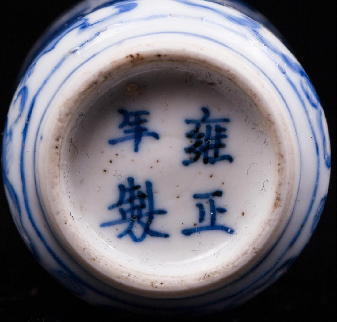 CHINESE QING DYNASTY BLUE AND WHITE SNUFF BOTTLE - 4