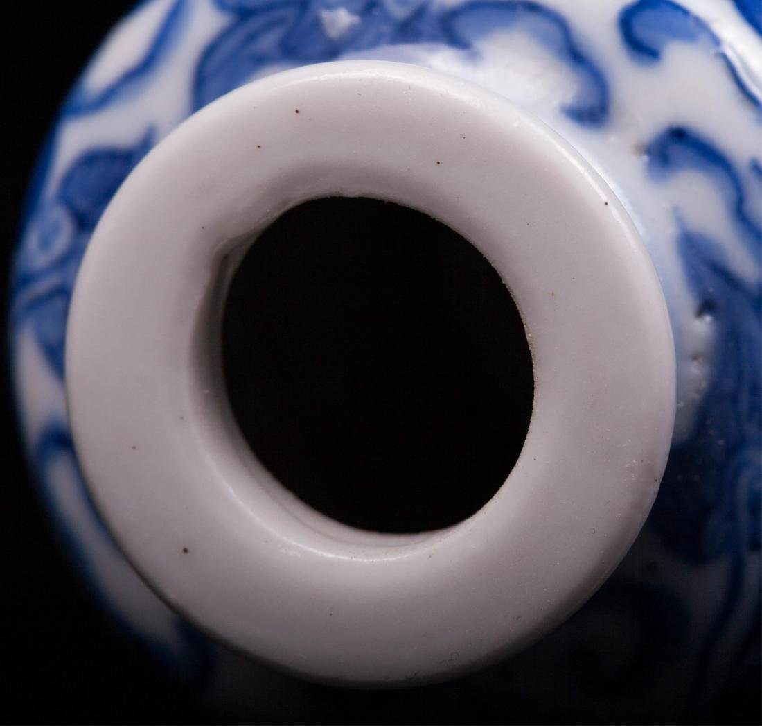 CHINESE QING DYNASTY BLUE AND WHITE SNUFF BOTTLE - 8