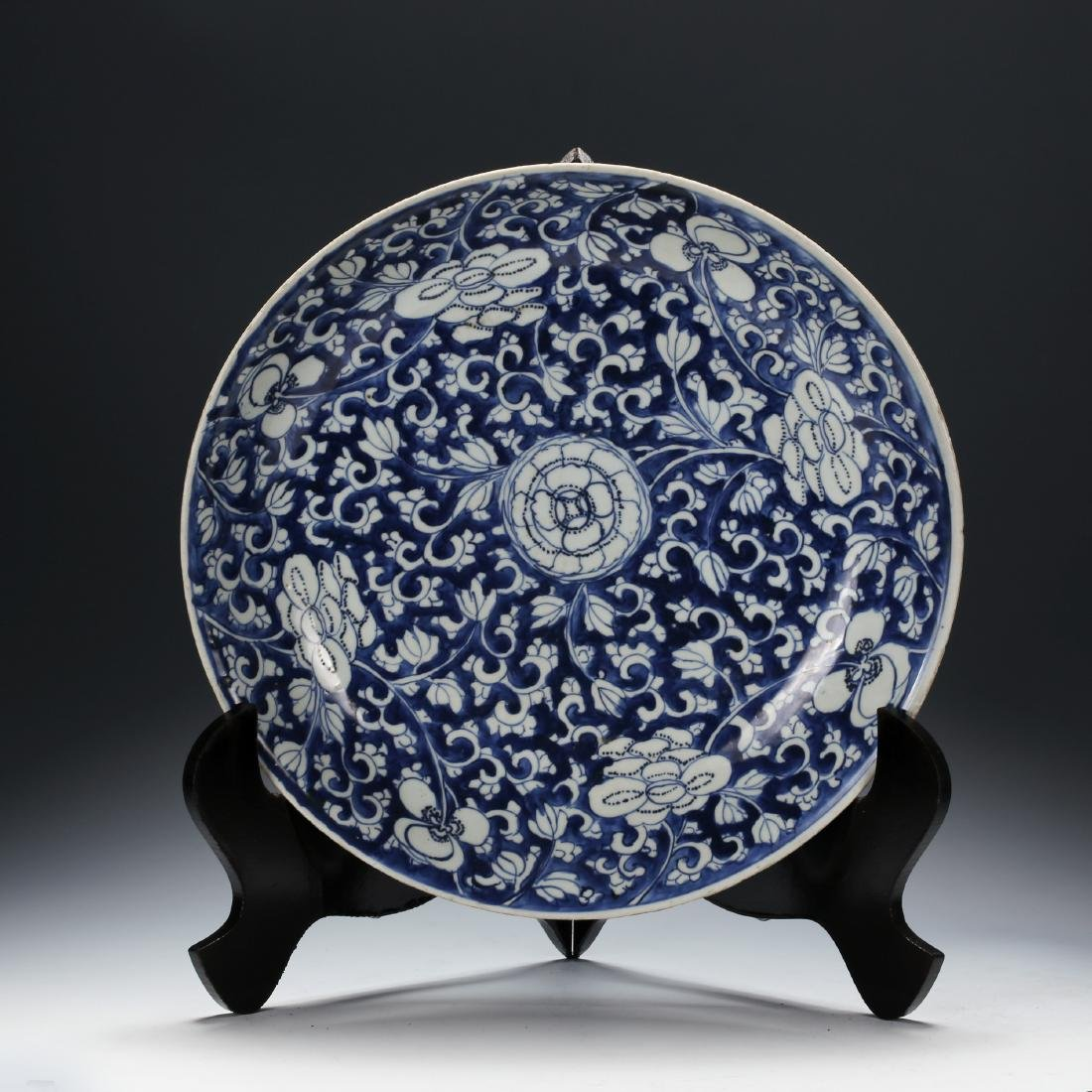 CHINESE BLUE AND WHITE PORCELAIN FOLIAGE CHARGER