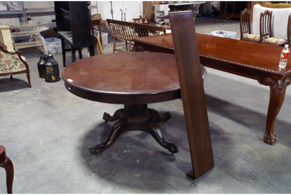 341: Round mahogany table with pedestal base and o
