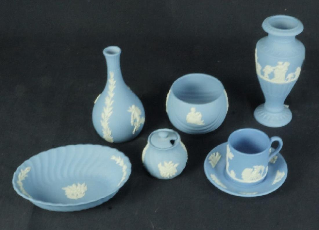 MIXED LOT OF SEVEN WEDGWOOD PIECES