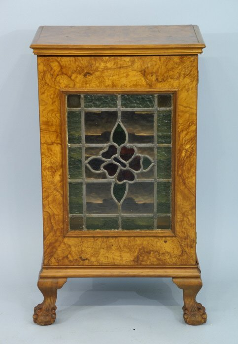 """1010: Cabinet with stained glass. Size: 21"""" x 35"""" x 15"""""""