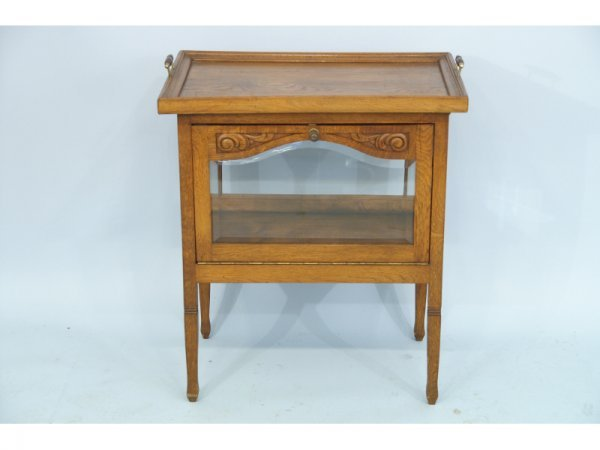 1011: Vitrine with removable butler's tray top.  Size: