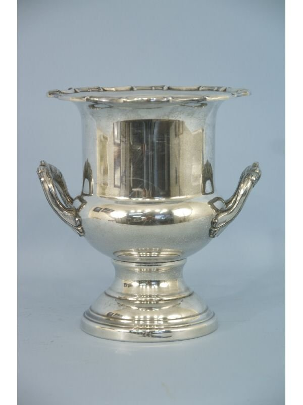 1019: Silverplate champagne bucket with liner. Size: 11