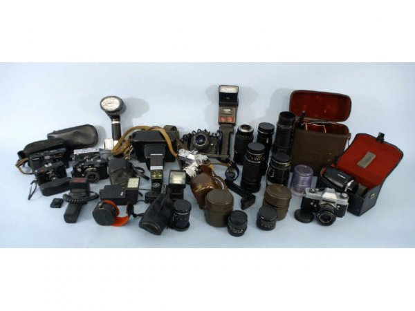 19: Box lot of assorted photography equipment.