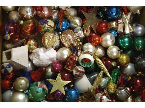 1005: Mixed lot of Christmas ornaments.