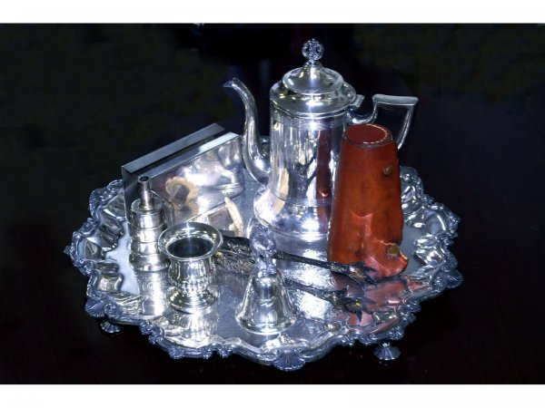1013A: Eight piece silver set. Including a silver plate