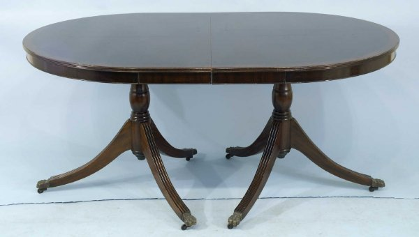 25: MAHOGANY PEDESTAL DINING TABLE WITH 2 LEAVES