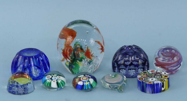 8: BOX LOT OF SMALL ART GLASS GLOBES/PAPERWEIGHTS