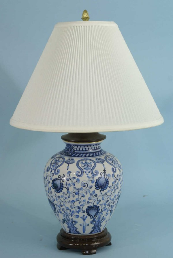 1020: BLUE AND WHITE GINGER JAR LAMP ON WOOD BASE