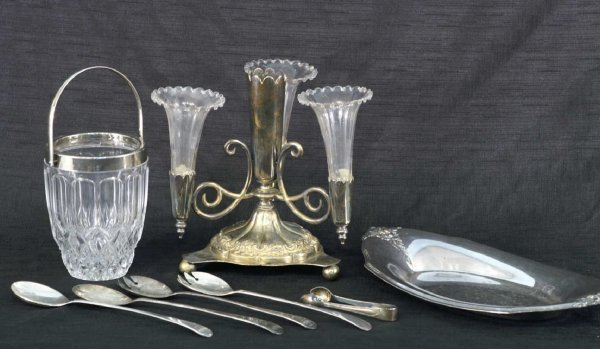 2006: BOX LOT OF GLASSWARE AND SILVERPLATE PIECES