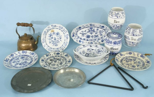 1013: ASSORTED BOX LOT OF BLUE ONION CHINA PIECES