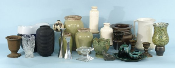 8: A GREAT BOX LOT OF CERAMIC AND CUT CRYSTAL PIECES