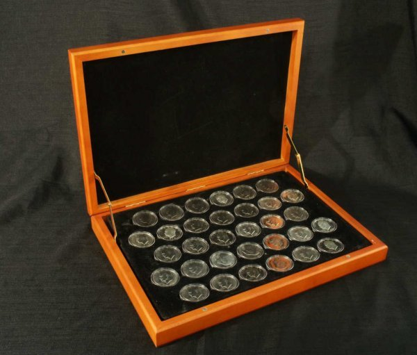 2008: LOT OF IKE DOLLAR COINS IN A PRESENTATION BOX