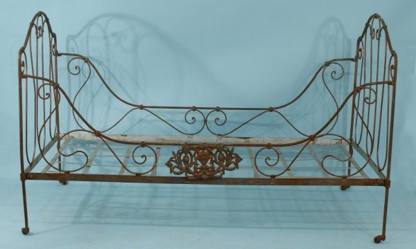 4014: ANTIQUE FRENCH CAMPAIGN STYLE IRON DAY BED