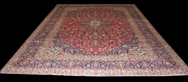 4195: ORIENTAL RUG IN A NAVY AND IVORY