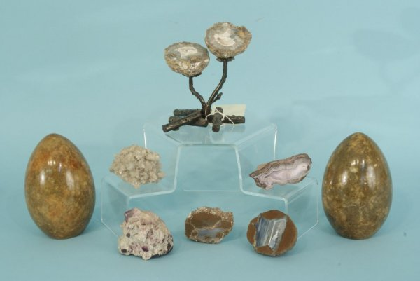 1001: BOX LOT OF EIGHT SMALL GEODES AND QUARTZ