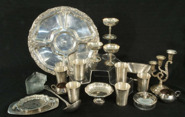 4: BOX LOT OF EIGHTEEN SILVERPLATE PIECES