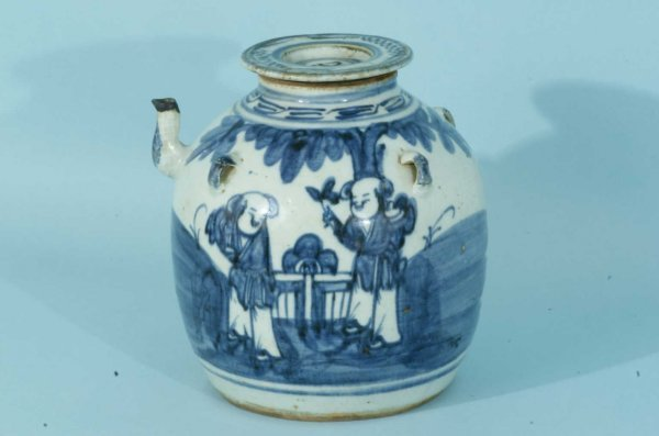 14: ANTIQUE CHINESE BLUE AND WHITE WINE JUG WITH LID