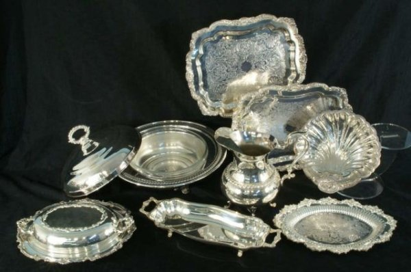 14: BOX LOT OF EIGHT SILVERPLATE PIECES