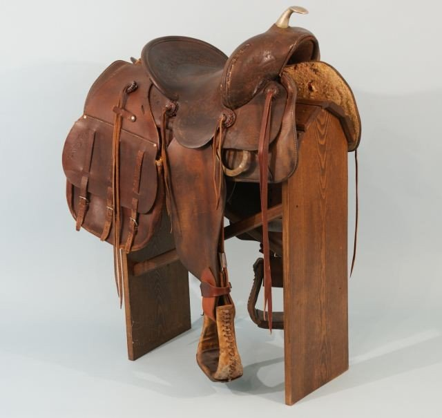 1: VINTAGE KING RANCH SADDLE WITH STAND
