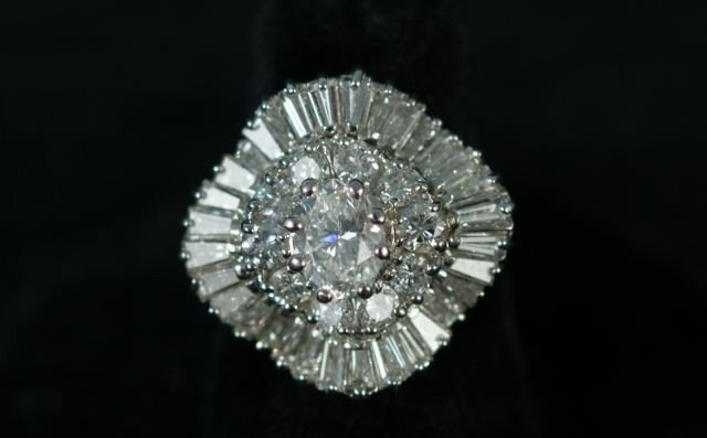 135: 1.07CT ROUND & 3CT BAGUETTE DIAMOND OVAL RING