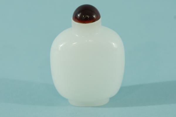 4: WHITE CHINESE GLASS SNUFF BOTTLE