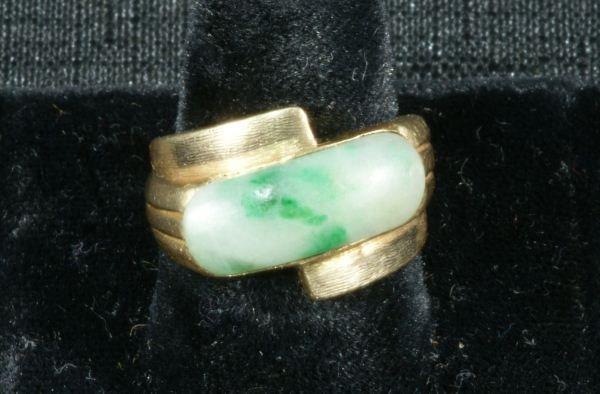 43: MEN'S 22KT GOLD RECTANGULAR GREEN JADE RING