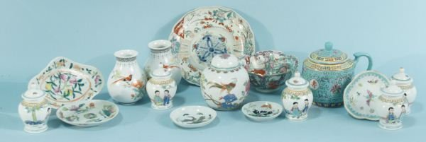 2: MIXED LOT OF SIXTEEN PIECES OF CHINESE PORCELAIN