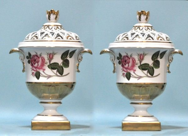 20: PAIR OF PIERCED AND LIDDED PORCELAIN COMPOTES
