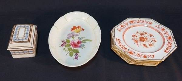 EIGHT-PIECE MIXED LOT OF VINTAGE WEDGWOOD