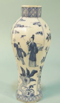 18th CENTURY CHINESE BLUE AND WHITE PORCELAIN VASE