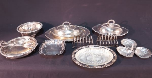 MIXED LOT OF TWELVE SILVERPLATED DINNER PIECES
