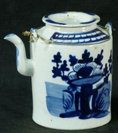 ANTIQUE CHINESE BLUE & WHITE PORCELAIN TEAPOT