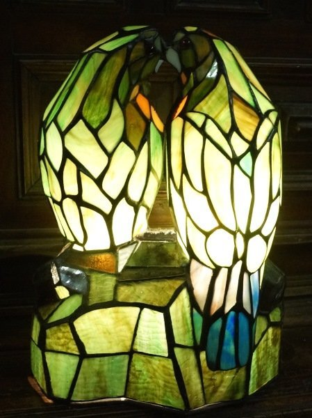 STAINED & LEADED GLASS TIFFANY STYLE PARROT LAMP