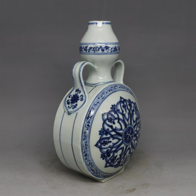 Chinese Ming Dynasty Blue & White Glazed Porcelain Vase - 4