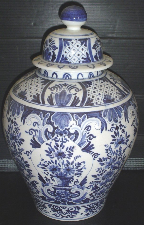 8: BLUE AND WHITE LARGE COVERED JAR 3008
