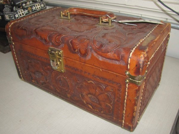 23: LEATHER TRAVELING CASE BY ARTMEX 3605