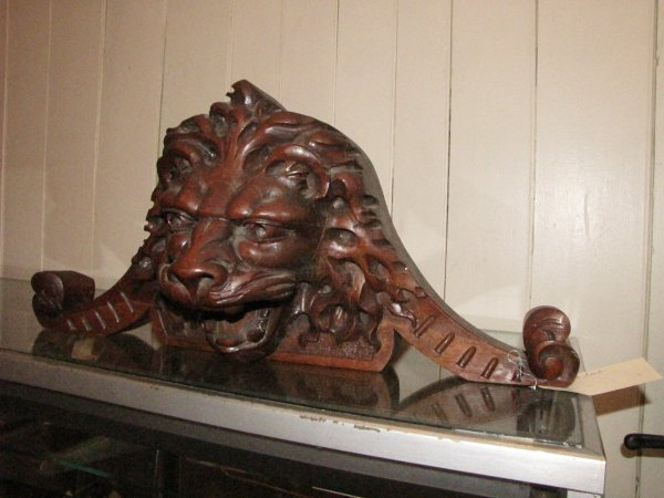 234: CARVED WALNUT LION HEAD CREST WITH OPEN MOUTH 3616