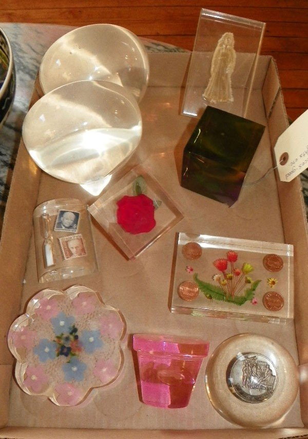 1: BOX OF 10 LUCITE PCS DÉCOR/PAPERWEIGHTS (4571)