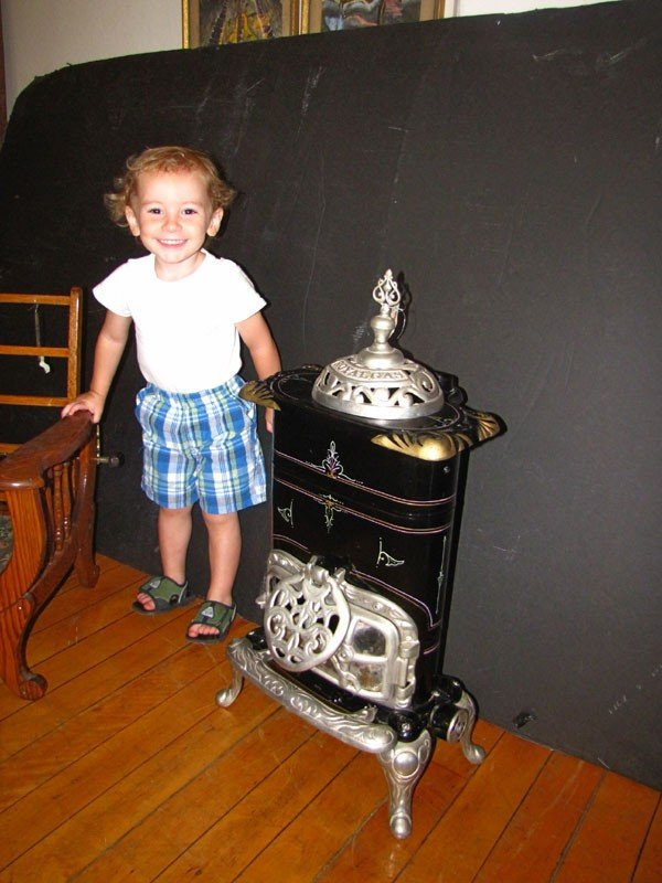 242: SMALL ROYAL GAS POT BELLY STOVE (991609)