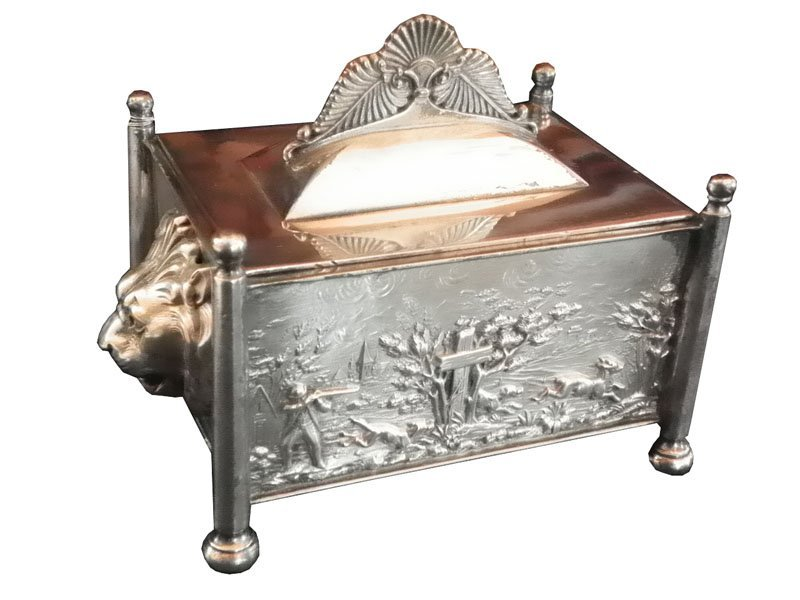90: SMALL COVERED SILVER PLATED LION HEAD BOX 4653C