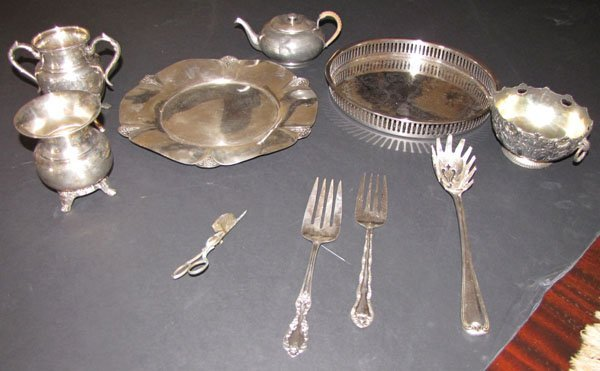 12 PIECES OF MISCELLANEOUS SILVER PLATE ITEMS 4588A