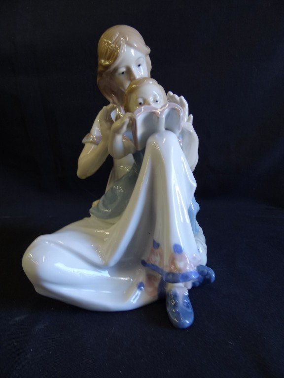 18A: Lladro type porcelain figural grouping